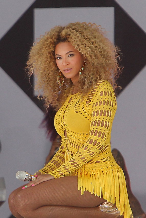 BEST MEDIUM BLONDE CURLY HAIRSTYLE FOR BLACK WOMEN