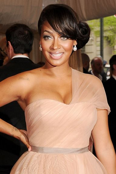 Tremendous natural side wavy hairstyle for black women